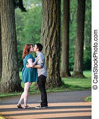 baisers, couple, parc, jeune, aimer