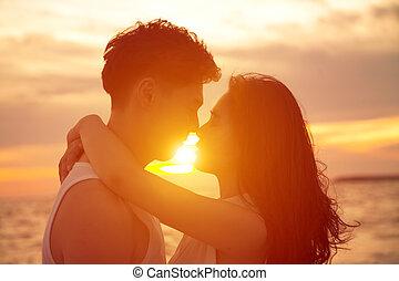 baisers, couple, plage, coucher soleil, jeune