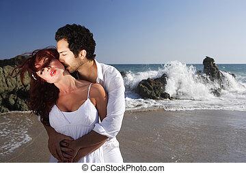 baisers, couple, plage, jeune