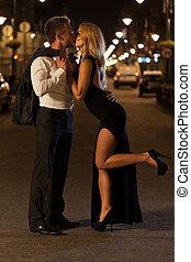 baisers, couple, rue, engagé
