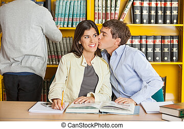 baisers, femme, collège, bibliothèque, homme