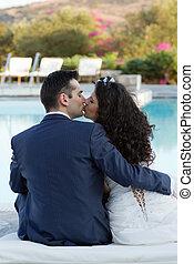 baisers, mari, jeune, piscine, épouse