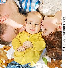 baisers, parents, étreindre, enfant