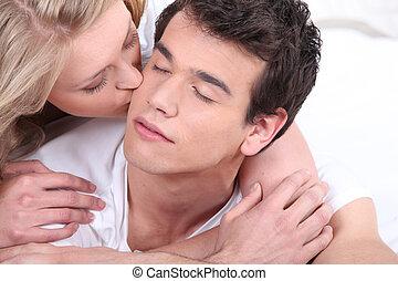 baisers, petit ami, femme, elle, joue