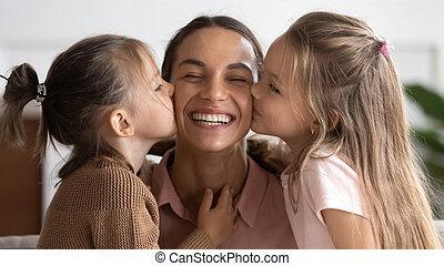 baisers, peu, adorable, maman, filles, joues, heureux, deux, mignon