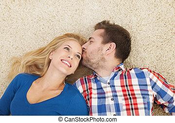 baixo, beijando, par, mentindo, tapete