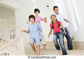 baixo, executando, família, escadaria, sorrindo