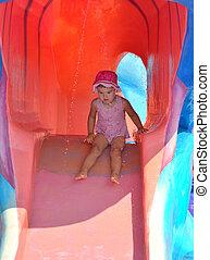 baixo, jovem, slide., água, menina, deslizamento