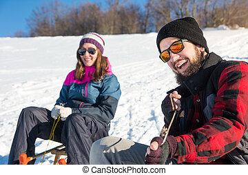 baixo, par, colina, sledding, feliz