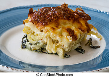 Baked Pasta Noodle with Bechamel Cheese Sauce and Spinach / ...