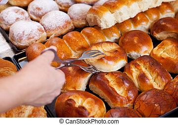 bakkerij, worker's, hand, het collecteren, brood, met, tong