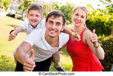 baksida, familj, pappa, glad, sittande, pojke, stående
