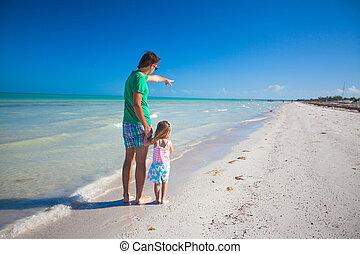 baksidaen beskådar, av, ung pappa, med, hans, dotter, visar,...