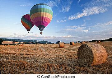 balões, sobre, ar, feno, quentes, pôr do sol, fardos, paisagem