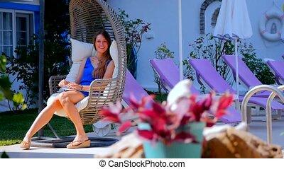 balancer, femme, jeune, délassant, chaise