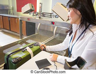 balayage, femme, bagage, aéroport, étiquette, enregistrement