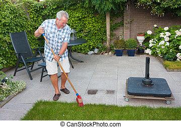 balayage, homme aîné, arrière jardin