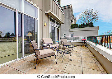 balcón, con, muebles, en, nuevo, apartamento, edificio.