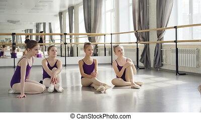 balerina, balet, bywały, jej, taniec, studenci, oklaski, posiedzenie, podłoga, mały, chodzi na palcach, guwerner, demonstrowanie, wtedy, oglądając, nauczyciel, hands., ruchy