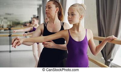 balet, bywały, plie, pilny, taniec, studenci, pozycje, dziewczyny, herb, bar., młody, znowu, ruchomy, samica, dzierżawa, nauczanie, doint, nauczyciel, ruchy