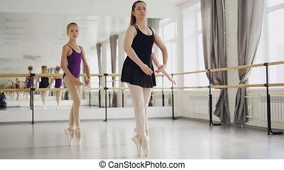balet, bywały, visible., taniec, okna, tancerze, dziewczyny, dwa, chodzi na palcach, wielki, ich, wykonując, barre, lustro, podczas, lekcja, nauczyciel, studio.