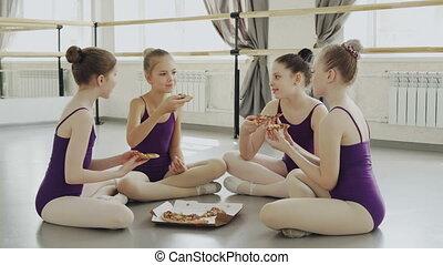 balet, jedzenie, podłoga, komunikacja, concept., posiedzenie, dziewczyny, jadło, leotards, znowu, mówiąc, jasny, smakowity, razem., studio, szczęśliwy, dzieci, pizza