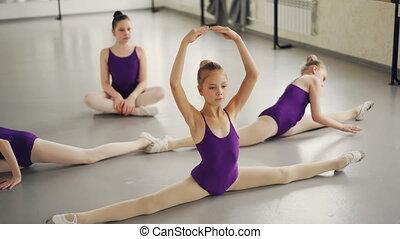 balet, rozciąganie, załamuje, podłoga, tancerze, herb, movement., wykonuje, wykonując, elastyczny, naprzód, studio, spóźniony, dzieci, leg-split