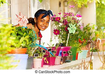 balkong, vattning, afrikansk, flicka, blomningen, lycklig