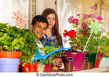 balkong, vattning, inlagda blomstrar, barn, lycklig