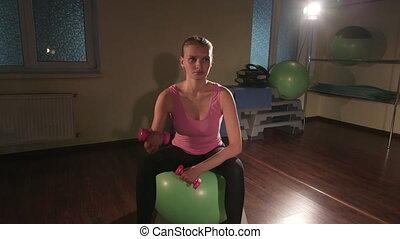 balle, fonctionnement, gymnase, jeune femme, dumbbells, exercice forme physique, dehors