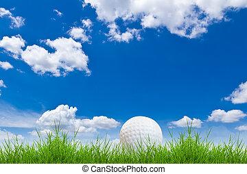 balle golf, sur, herbe verte, contre, ciel bleu