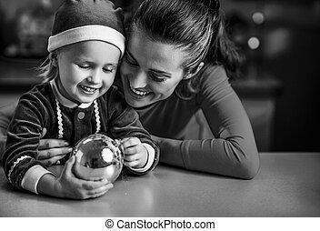balle, mère, bébé, portrait, noël, heureux