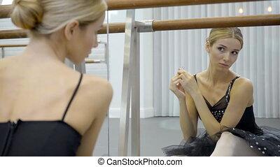 ballerina, haar, zittende , prina, floor., haar broodje, blonde , verticaal, maakt
