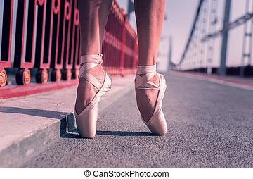 ballerina, pointe, essendo, su, portato, chiudere, scarpe