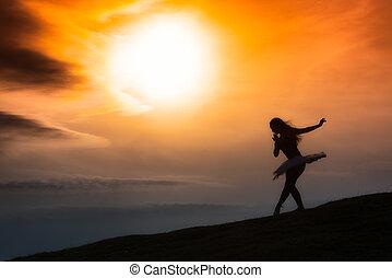 ballerina, silhouette, ballo, solo, in, natura, montagne, uno