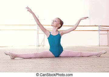 ballerina, wenig, sitzen, posierend, split, flexibel
