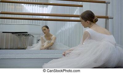 ballerine, plancher, contre, piano., cravate, blanc, rubans, pointes