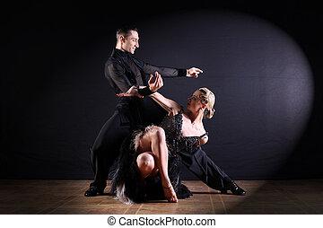 ballerini, in, sala ballo, isolato, su, sfondo nero