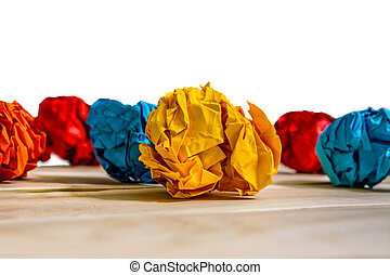 balles, de, chiffonné, papier coloré, sur, a, table bois