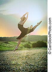 ballet, bailarín de niña, salto, en, ocaso
