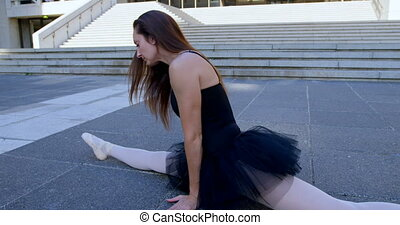 Ballet dancer doing the splits on the pavement 4k - Ballet...