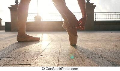 ballet, fin, préparer, lent, coup, pas., femme, pieds, shoes., corrects, pierre, embankment., ballerine, dancer's, pointe, classique, flamme, elle, motion., gimbal, haut