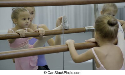 ballet, school., étirage, petit, girl, prof
