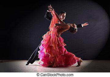 ballroom- tänzer, gegen, schwarzer hintergrund, latino
