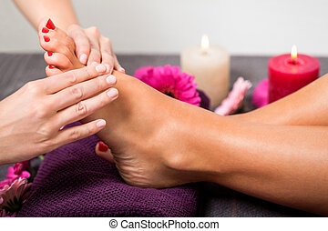 balneario, mujer, teniendo, tratamiento, pedicura
