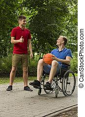 baloncesto del sillón de ruedas, amigo, tenencia, hombre