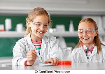bambini, fabbricazione, chimico, esperimento, a, scuola, laboratorio