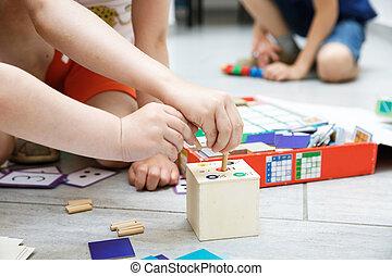 bambini giocando, con, casalingo, giocattoli educativi