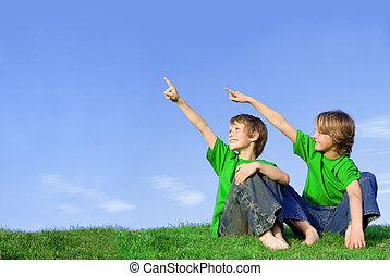 bambini, o, bambini, indicando, spazio copia, fuori, in, estate