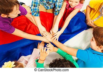 bambini, sopra, insieme, loro, bandiera, tenere mani
